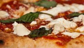 La pizza napoletana, emblema di gusto e di fortuna!